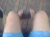erkeklerin bacaklarını açarak oturması