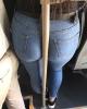 toplu taşımada boruya yaslanan kız