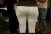 dar pantolon giyip telefonu arkasına koyan kız