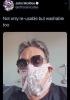 maske yerine kadın iç çamaşırı takan iş adamı