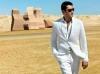 beyaz pantolon giyen erkek