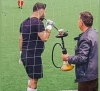 yedek kulübesinde sigara içen futbolcu