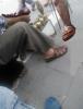 ayakkabısını ayakkabı boyacısına çıkarttıran insan
