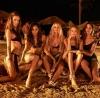 5 kız gece vakti plajda sözlük okumak