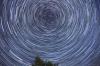 dünya dönüyorsa gece görülen yıldızlar niye sabit