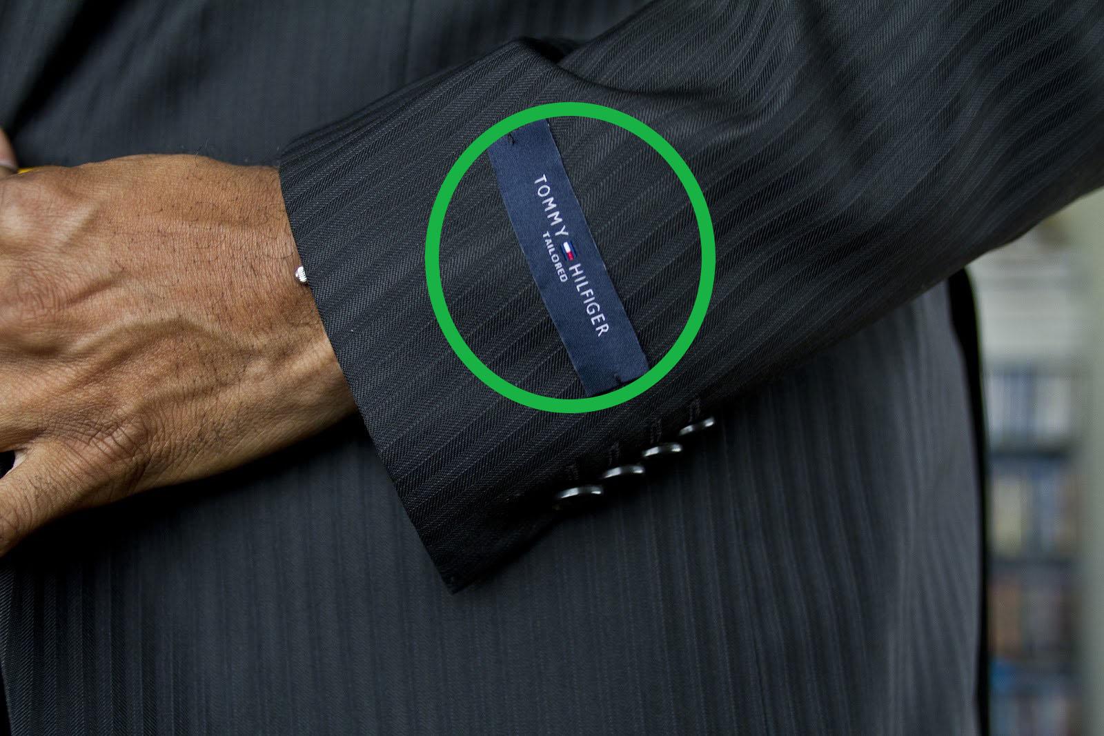 takım elbisenin kolundaki etiketi sökmeyen mal