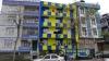 apartmanı sarı laciverte boyayan adam