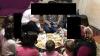 yer sofrasında iftar açan mütevazı siyasiler