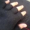 kesik parmak eldiven giyen 30 yaşındaki adam