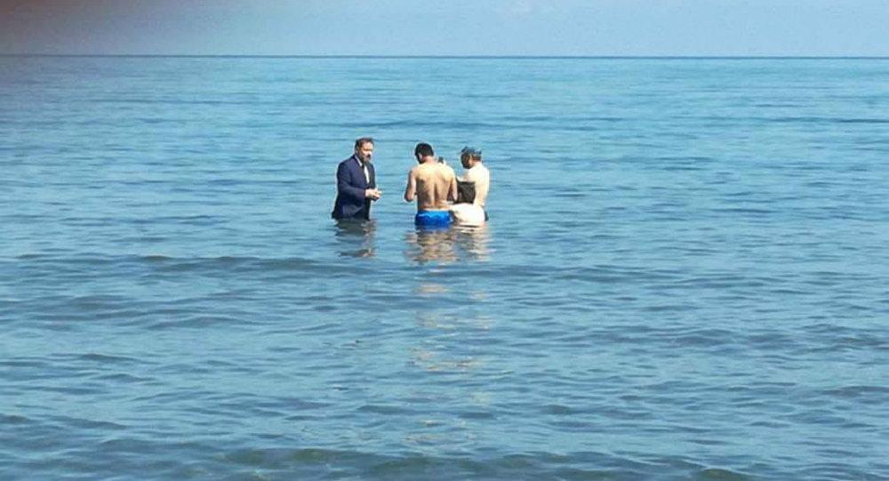 takım elbise ile denize girip oy istemek