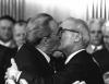 iki erkeğin öpüşmesi