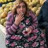 yolda sigara içen kadın iticiliği