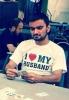heart yazılı tişört giyen gencin ifade vermesi