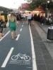 büfenin içinden geçen bisiklet yolu